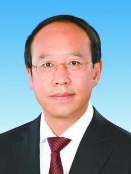 根据公开履历,吴靖平生于1963年8月,为经济学博士。