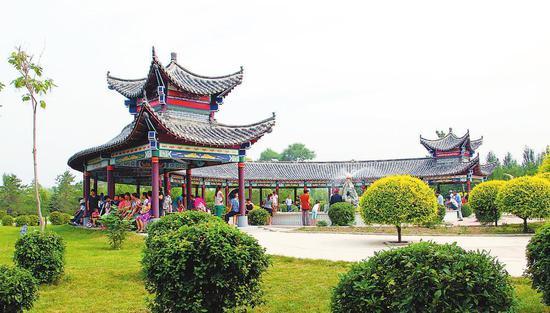 农安县合隆镇陈家店村村民在凉亭里乘凉、聊天。