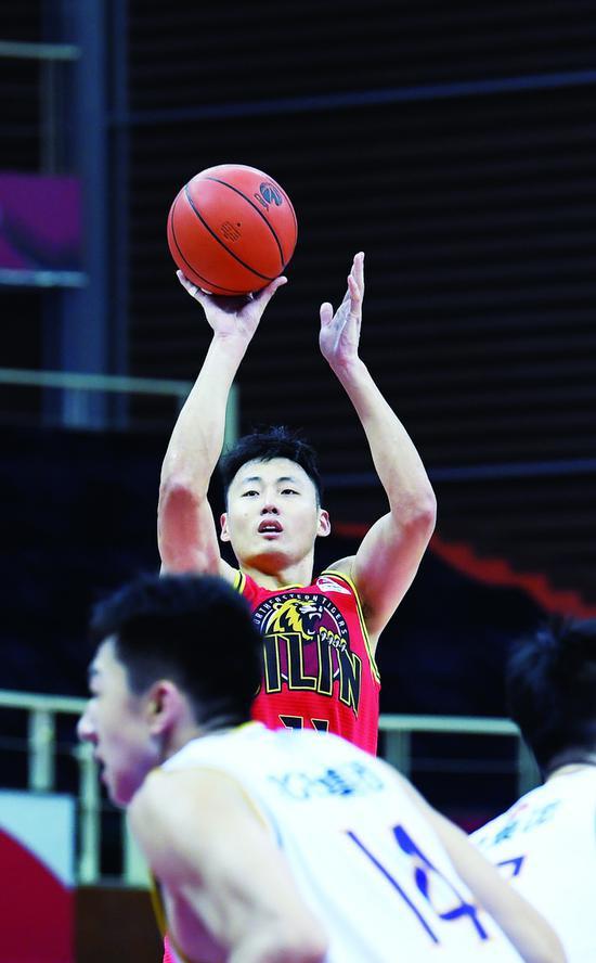 10月30日,东北虎球员郭金林在比赛中投篮。 (新华社发)