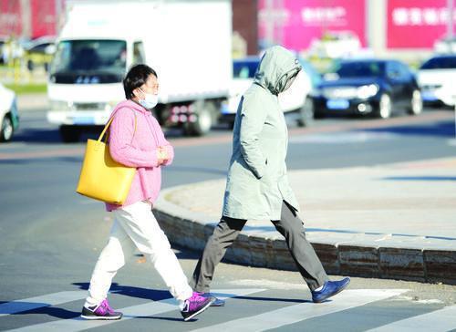 十月未过半 延吉市民纷纷穿上羽绒服