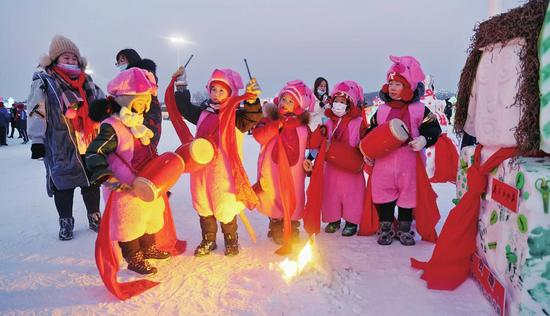 孩子们体验冰雪乐趣,玩得尽兴。