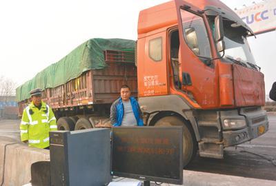 2018年1月,河南安阳市G107郭王度检查站,尾气排放检测人员正在对柴油货车进行现场检测,查处超标排放的车辆。记者 刘毅摄