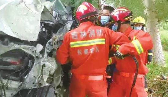 消防指战员实施破拆救援
