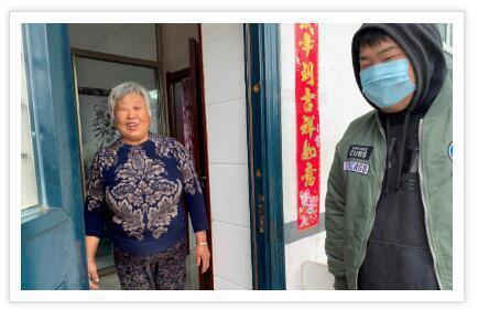 """金星辉(右)成了老庙村赞不绝口的""""女婿""""。2020年4月22日摄(受访者供图)"""