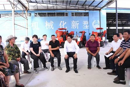 8月10日,巴音朝鲁在东丰县众泰农机种植专业合作社调研,向基层干部群众宣讲习近平总书记视察吉林重要讲话重要指示精神。宋锴/摄
