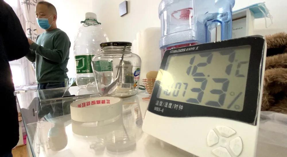 1月9日上午,温度计显示谢女士家室温只有12.7℃。新华社记者 司晓帅 摄
