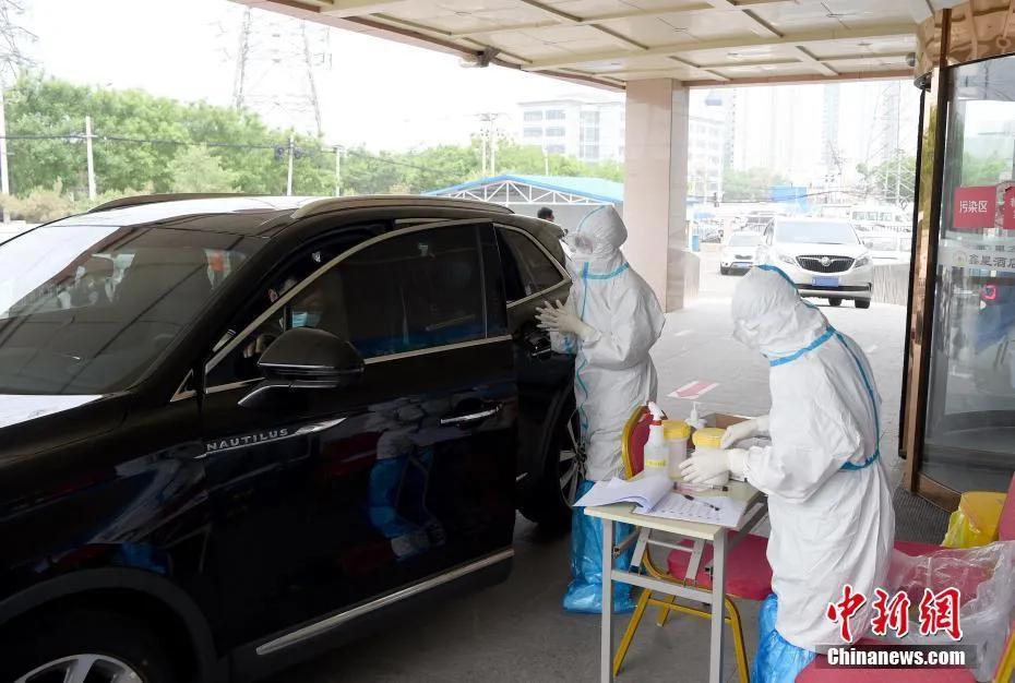 资料图:市民在新冠肺炎病毒核酸检测点接受检测。(摄影:侯宇)