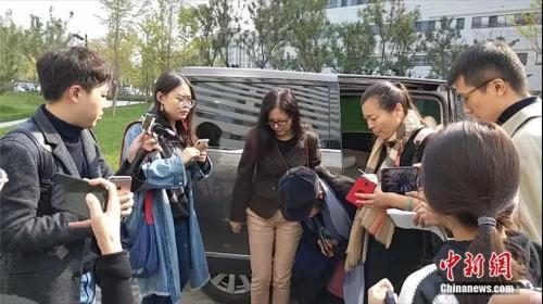 小宇泽妈妈曾在孩子被送达医院后,向关心安慰的人鞠躬致谢(资料图) 张旭 摄