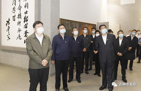 吉林市委书记贺志亮(左一),市委副书记、市长王路(左二)等市领导在市革命烈士陵园,参观魏拯民纪念馆。