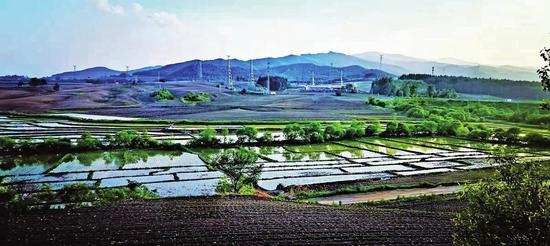 蛟河市新站镇保安村阡陌纵横,田边整洁通畅。