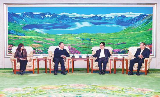 12月24日,吉林省委书记景俊海、吉林省政协主席江泽林在长春会见全国政协副主席、民进中央常务副主席刘新成一行。记者 邹乃硕 摄