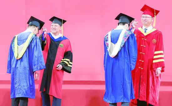 吉林大学校长张希为毕业生拨动流苏。 孙建一 摄