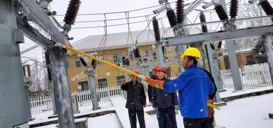 第二净水厂变电所供电线路存在冰覆隐患,抢修人员加紧巡查