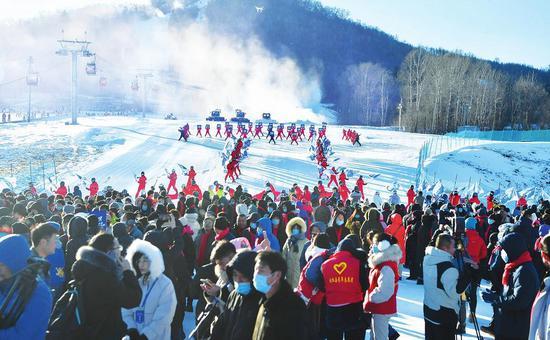 """11月28日,由吉林省文化和旅游厅主办的""""趣吉林·滑呗""""新雪季开板大会在白山市抚松县启动。 吴然 摄"""