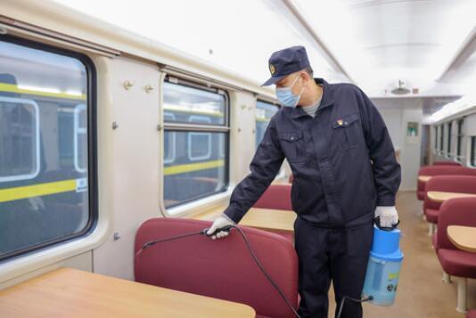 防疫员李晓冬在餐车车厢内喷洒杀虫剂。新华社记者 张楠 摄