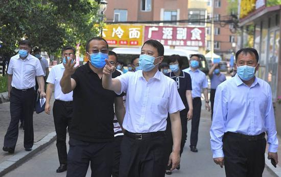 """图为吉林市委书记王庭凯(中)在船营区督导检查""""双城同创""""工作"""