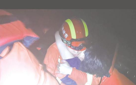 吉林市一女子深夜坠江消防人员紧急出动成功救出
