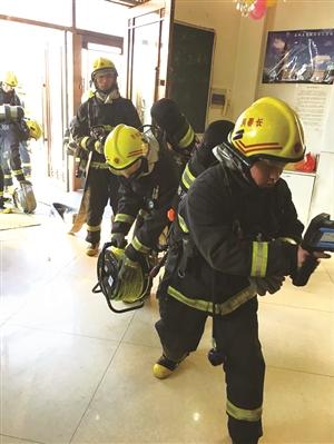 消防官兵在消防演习。 李奔 摄