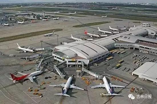 航空企业不得超出规定幅度制定价格   《规则》明确,航空运输企业不得有下列价格违法行为:   一是不执行政府指导价,超出规定幅度制定价格;   二是相互串通,操纵市场价格,损害其他经营者或者消费者的合法权益;   三是捏造、散布涨价信息,哄抬价格,扰乱市场秩序;   四是虚构原价、虚假标价、虚假打折、采用误导性价格标示、隐瞒价格附加条件;   五是滥用市场支配地位实施价格垄断行为,损害其他经营者或者消费者的合法权益;   六是法律法规禁止的其他价格违法行为。   每条航线每航季无折扣公布运价上调幅度