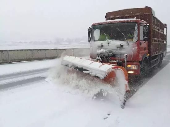 湖北汉十高速应对2018年首场降雪。