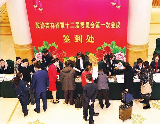 1月23日,省政协委员在长春南湖宾馆报到。 本报记者 王萌 赵博 摄