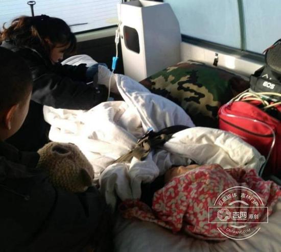 急救人员紧急救治被生到厕所里的孩子
