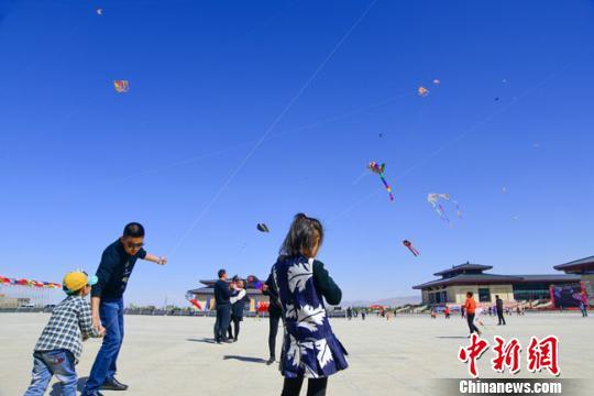 4月14日,第二届敦煌国际风筝节在敦煌国际会展中心开幕,来自泰国、美国、德国、瑞典等国和国内各省区的12支参赛队伍,携千余只风筝上演了各类精彩的风筝表演。 王斌银 摄