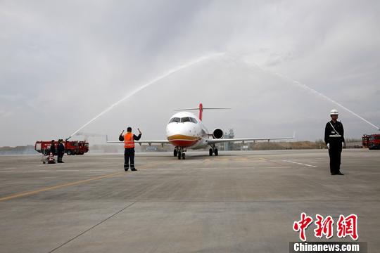 图为ARJ21客机飞抵哈尔滨机场时欢迎的水门仪式。中新社发 张安超 摄