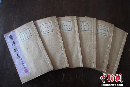 新发现的六册老县志。 王少东 摄