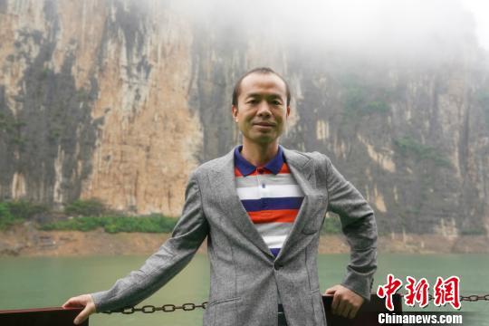图为雷海为在重庆市奉节县瞿塘峡游览。 王淳熙 摄