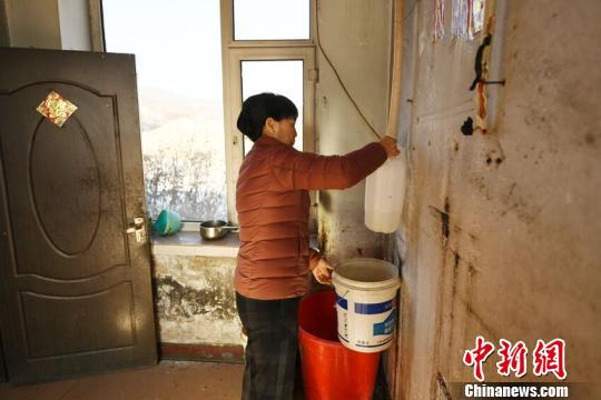 学生吃水困难,梁淑华自费为学生们打井,每天早早来到学校为学生们煮热水。苍雁 摄