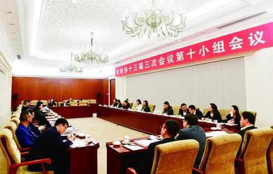 14日,参加长春市政协十三届三次会议的委员们分组讨论政府工作报告。 贾春文 摄