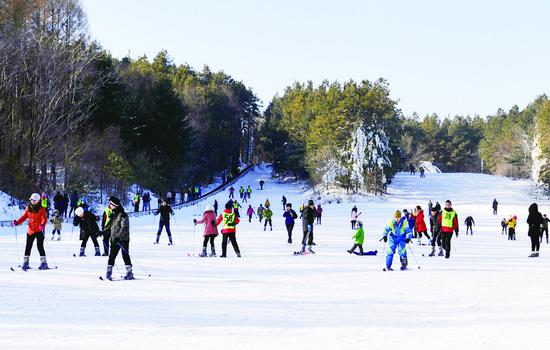 春节假期,来自各地的游客在净月潭滑雪场体验滑雪的乐趣。 张扬 摄
