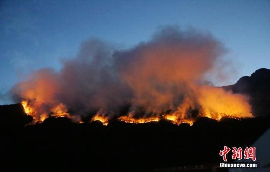 图为冕宁森林火灾现场。中新社发 李从林 摄