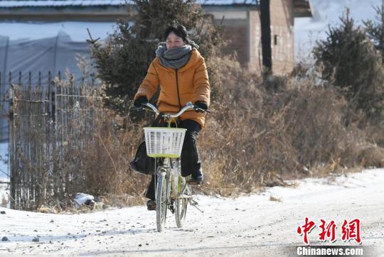 山路崎岖,从家到教学点4公里的路程,梁淑华每天都要骑行40分钟。 苍雁 摄