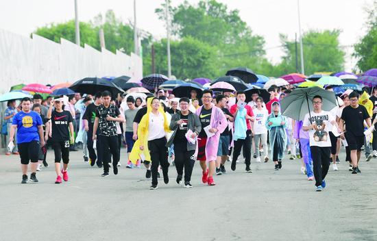 6日下午,考生走向市第二实验中学考点,准备验考场。