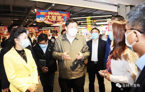 吉林市市长贺志亮(中)在中东新生活购物乐园查看人员密集场所安全、节日供应以及食品、消防安全情况。