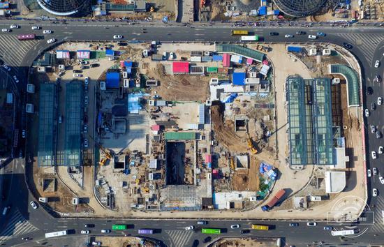 无人机俯瞻长春火车站南广场施工现场。