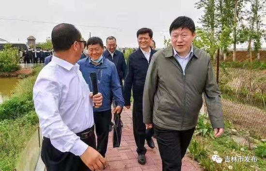 吉林市委书记贺志亮(右一)在昌邑区孤店子镇春新家庭农场,调研家庭农场高质量发展情况。