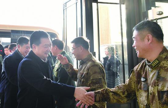 24日,吉林省委常委、长春市委书记王君正,市长刘忻带队走访慰问部分驻长部队。 孙建一 摄