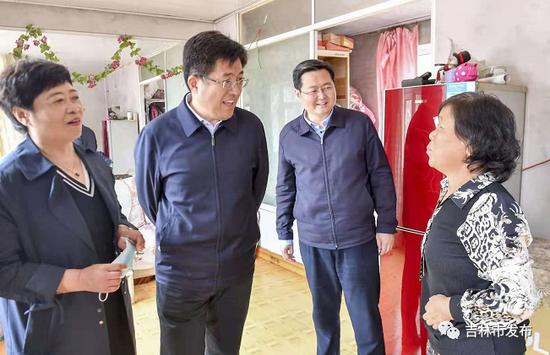 吉林省副省长阿东(左二)在吉林市市长王路(右二)的陪同下在磐石市官马新村了解乡村旅游及村民生产生活情况。