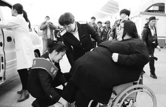 朱立红(中)和赵军婷(左一)正在服务特殊旅客。 赵婉姝 摄