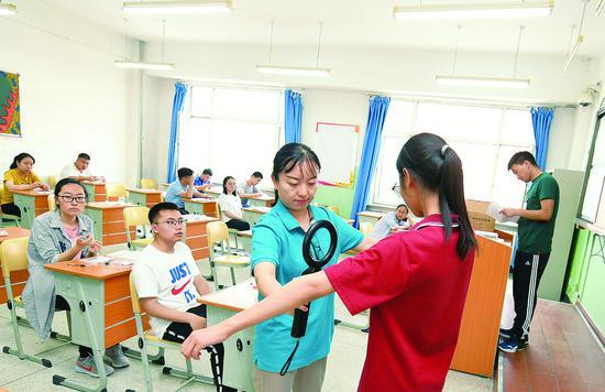 进入考场,接受监考老师安检。