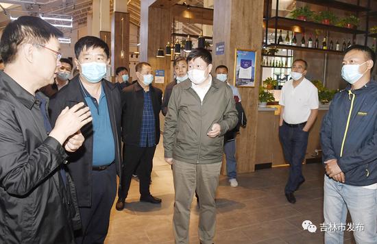 吉林市委书记贺志亮(中)在北大湖开发区了解2021中国冰雪经济高质量发展大会筹备工作情况