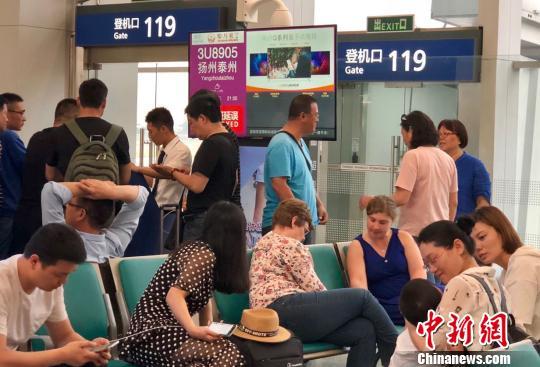 图为扬州泰州国际机场临时关闭,大批乘客被困成都双流机场。 黄心玥 摄