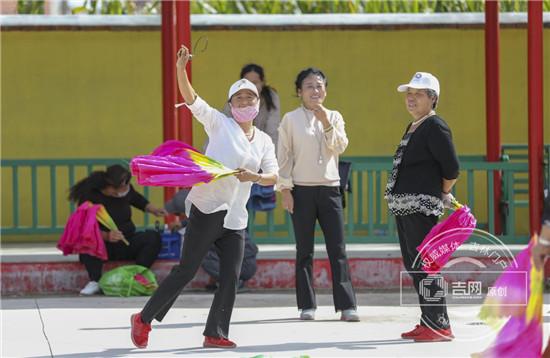 建国村村民跳着秧歌