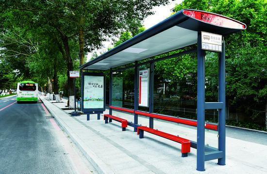 新建的标准化公交站亭简洁大气、清新亮丽。 贾春文 摄
