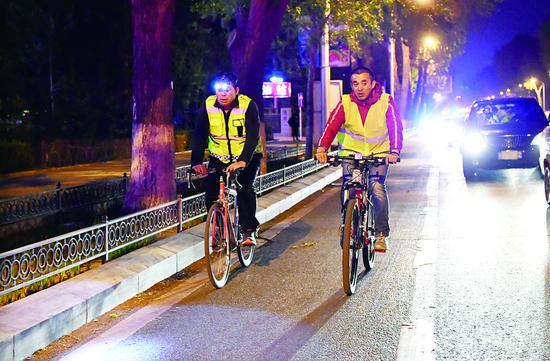 王相英(左)正在丈量2018长春国际马拉松赛道。苑激刚 摄