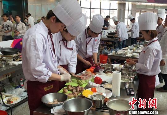 参赛大厨在精心准备菜肴 张瑶 摄