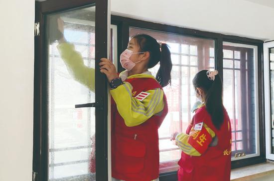 市第三实验小学学生在长春市文庙博物馆,开展卫生清洁活动。 孙建一 摄